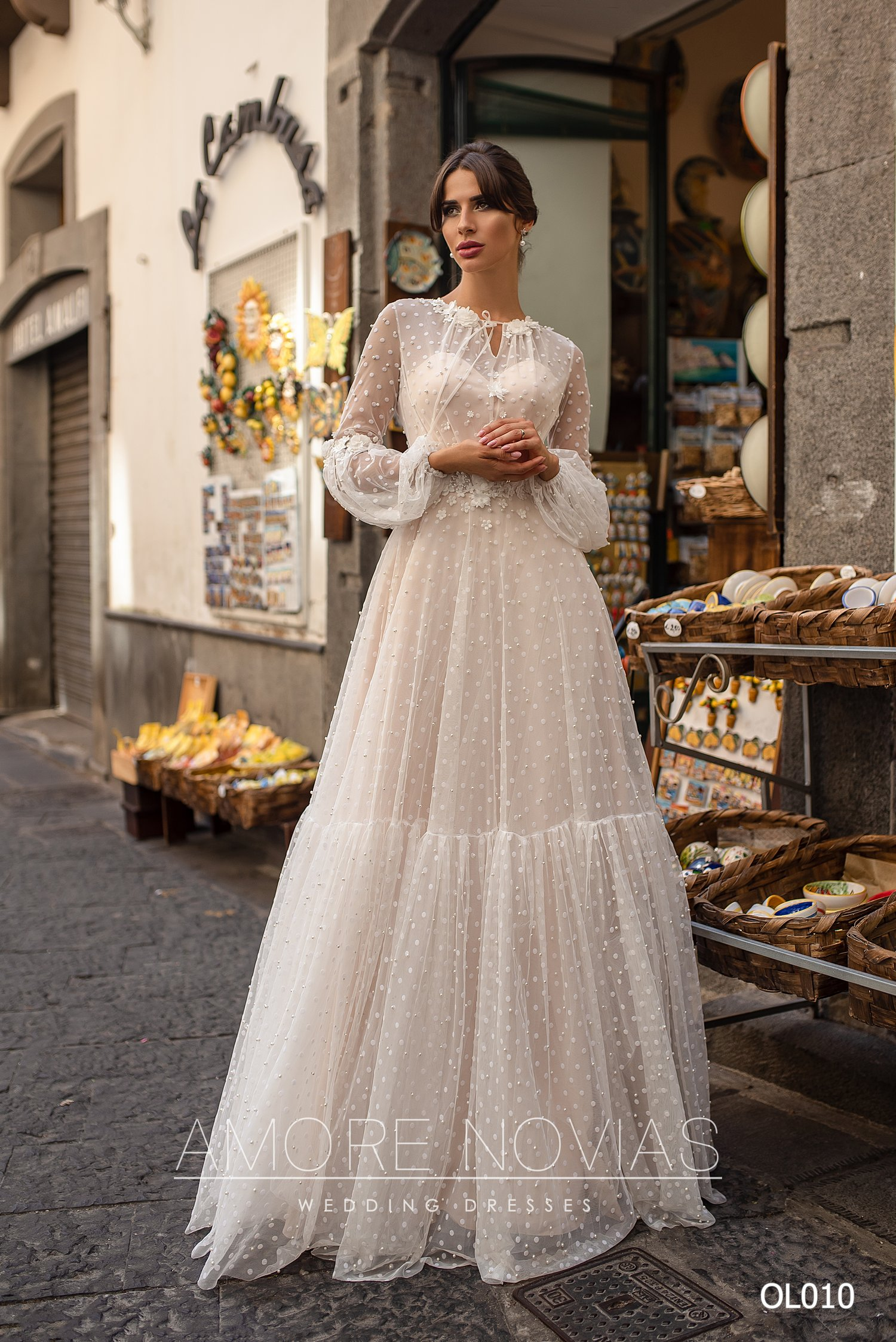 http://amore-novias.com/images/stories/virtuemart/product/OL010       (1).jpg