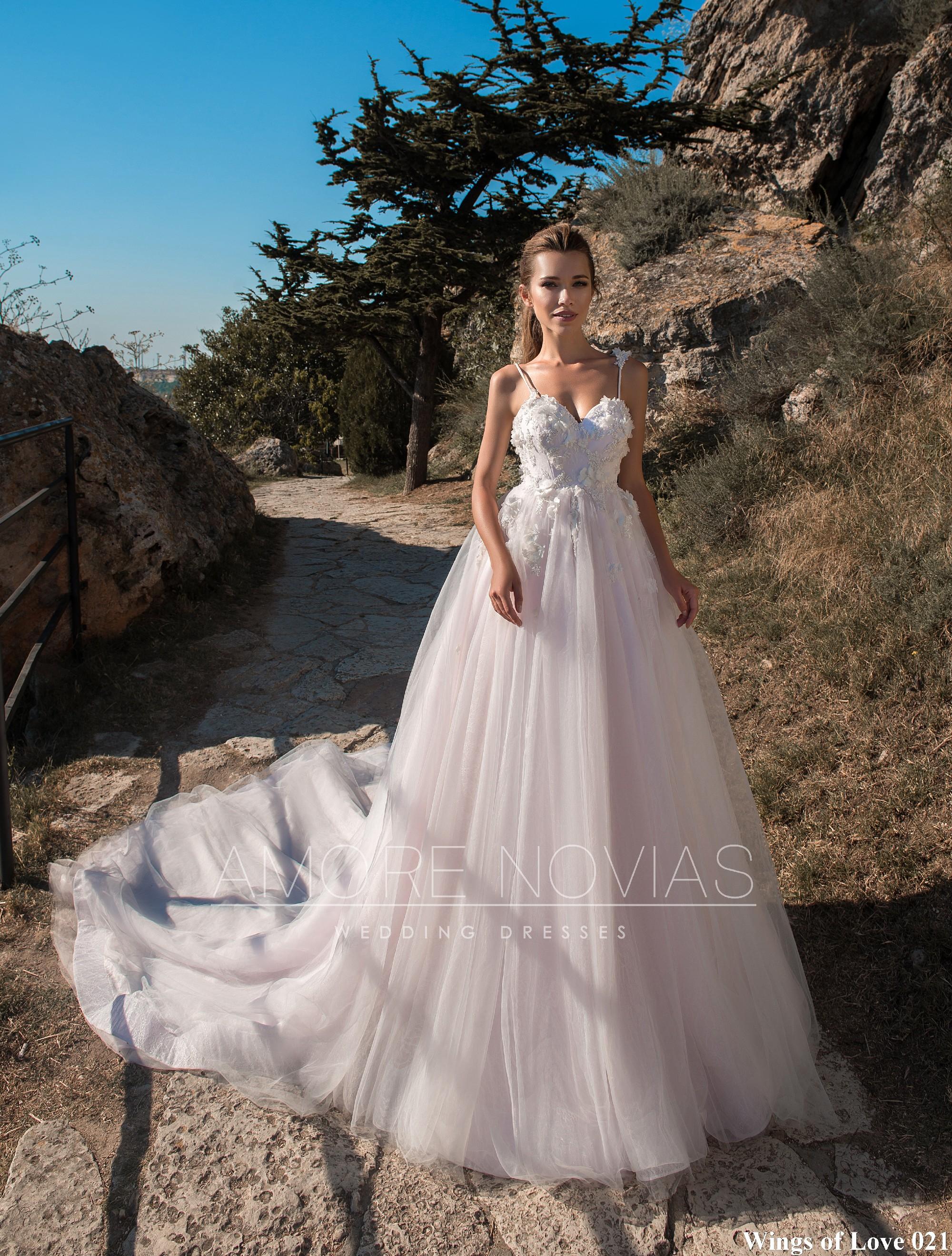http://amore-novias.com/images/stories/virtuemart/product/lk-021-------(1).jpg