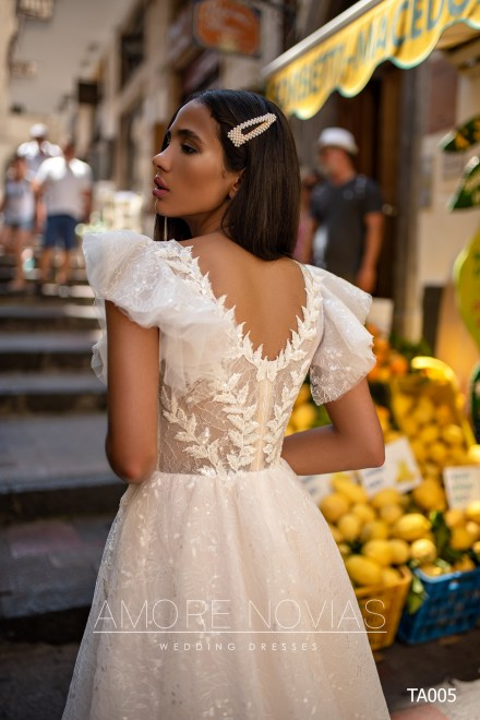 http://amore-novias.com/images/stories/virtuemart/product/TA005       (3).jpg
