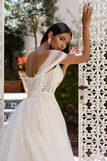 http://amore-novias.com/images/stories/virtuemart/product/TA008       (4).jpg